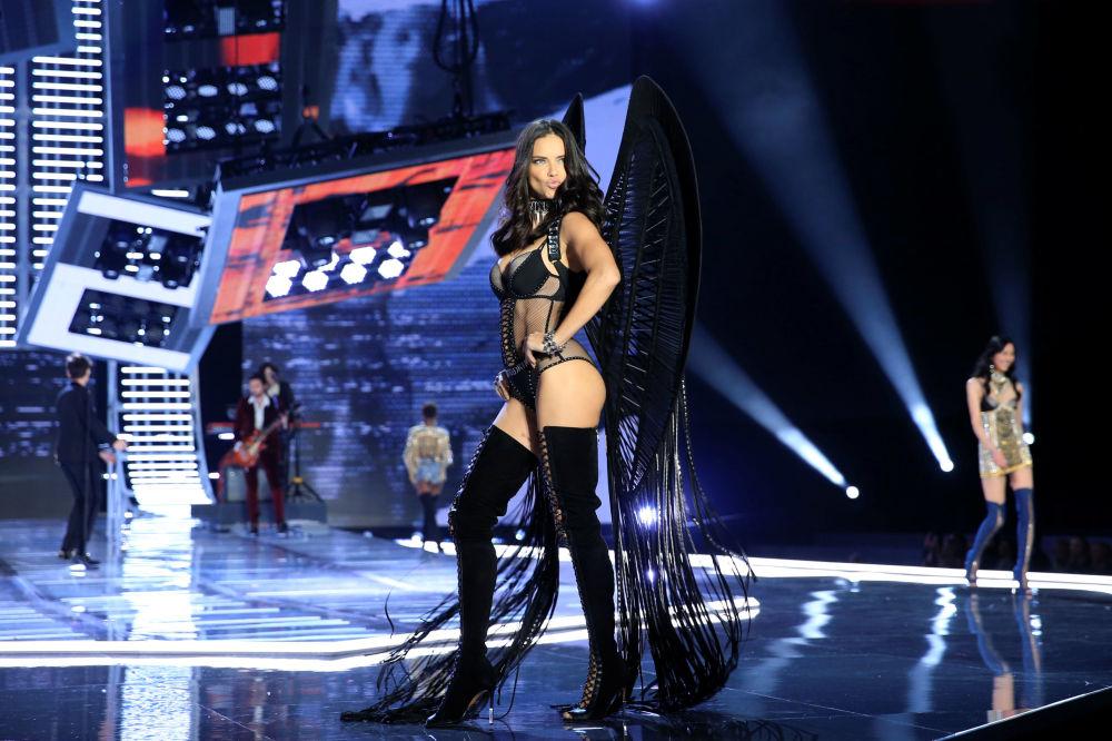Modelo Adriana Lima durante o show da Victoria's Secret em Xangai, China