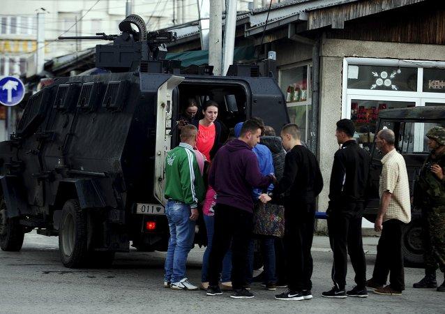 Evacuação da população por um veículo da polícia em Kumanovo em 9 de maio de 2015
