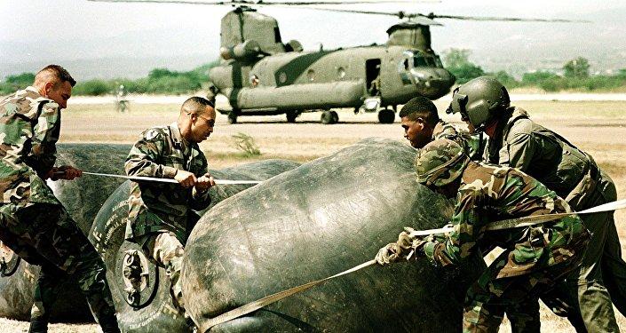 Fuzileiros navais dos EUA na base de Soto Cano em 2000