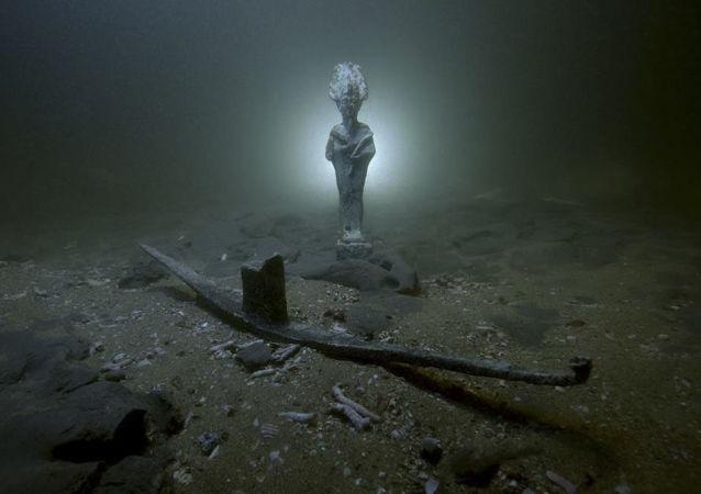 Estátua encontrada perto dos navios naufragados há mais de 2.000 anos perto da costa da cidade de Alexandria (Egito)