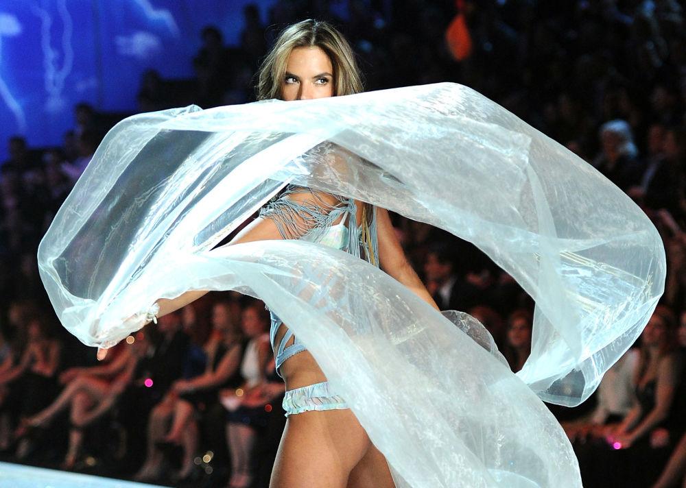 Alessandra Ambrósio durante o desfile da Victoria's Secret em Nova York, novembro de 2013