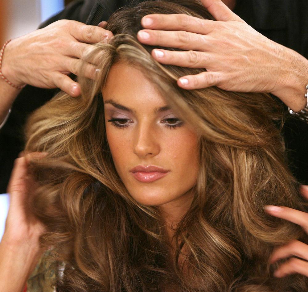 Alessandra Ambrósio se prepara para sair à passarela durante o desfile da Victoria's Secret em Hollywood, novembro de 2006