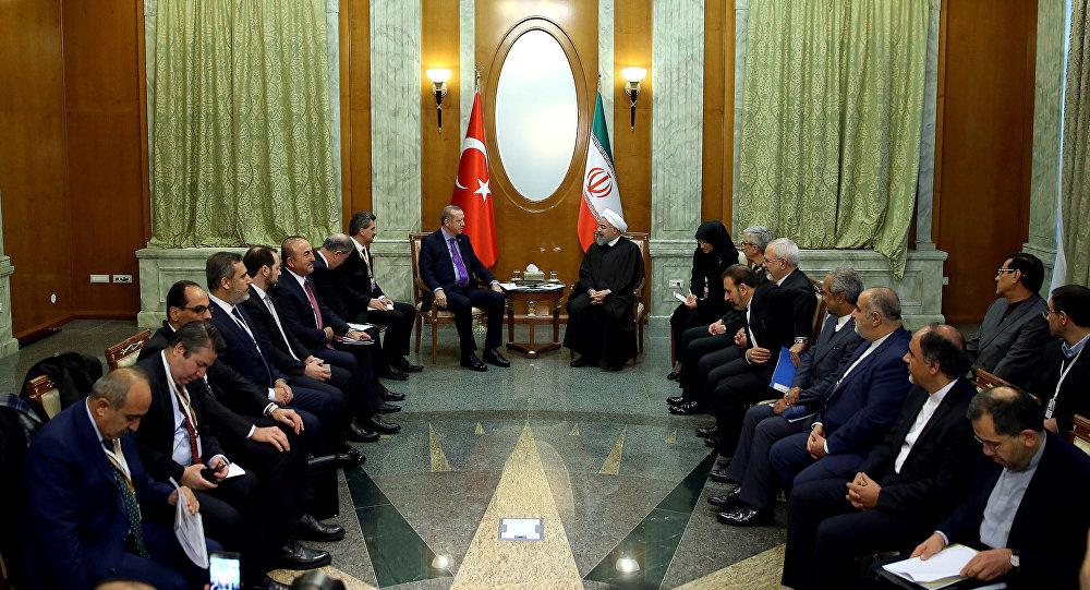 Presidente turco, Tayyip Erdogan, no encontro com o seu homólogo iraniano, Hassan Rouhani, Sochi, 22 de novembro de 2017