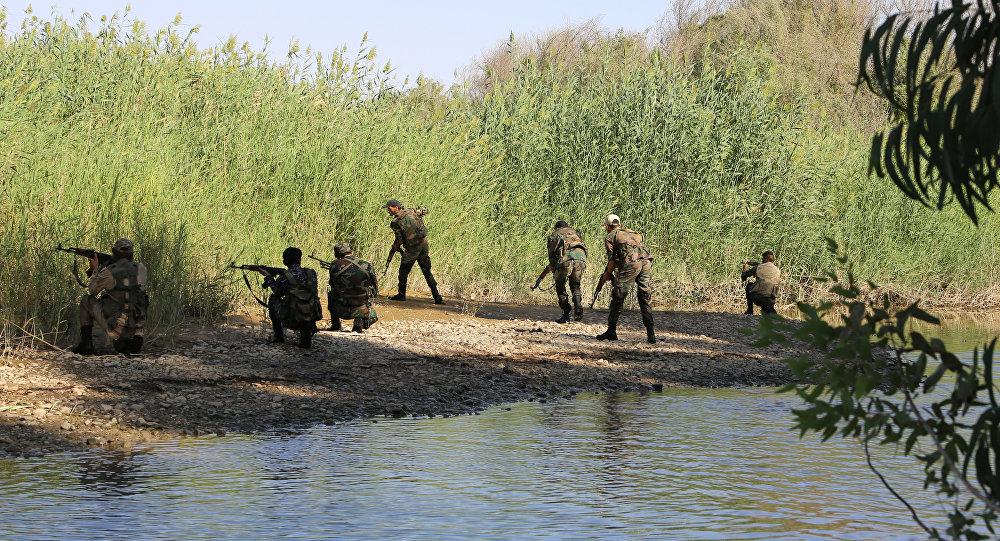 Militares sírios na margem ocidental do rio Eufrates (foto de arquivo)