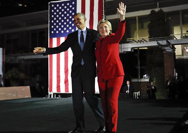 Barack Obama e Hillary Clinton se abraçam durante comício da campanha presidencial da ex-secretária de Estado dos EUA, em 2016