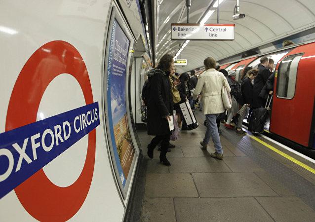 Pessoas embarcam em trem na estação de Oxford Circus, no metrô de Londres