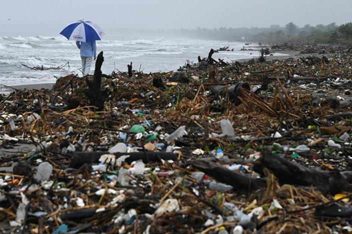 Lixo na praia de Omoa, Honduras