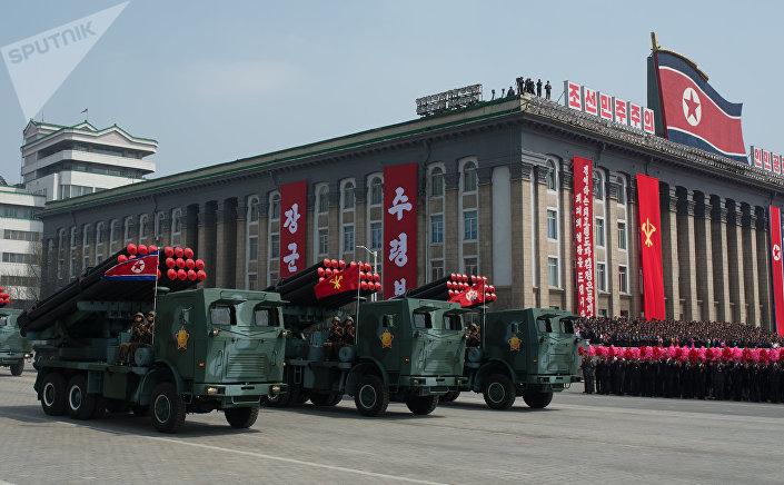 Um grupo de lançadores múltiplos de foguetes M-1985 do Exército Popular da Coreia é visto durante desfile militar em Pyongyang (foto de arquivo)