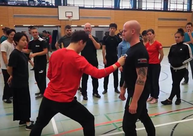 Treinador sul-coreano de artes marciais, DK Yoo, reproduz o golpe legendário de Bruce Lee chamado soco de uma polegada
