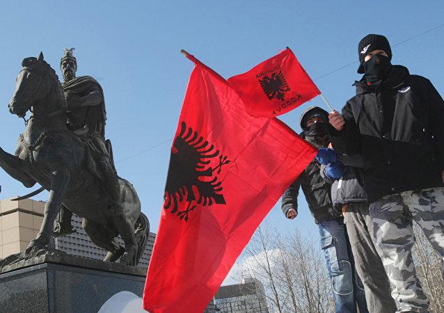 Bandeiras da Albânia em Pristina, capital do Kosovo (arquivo)