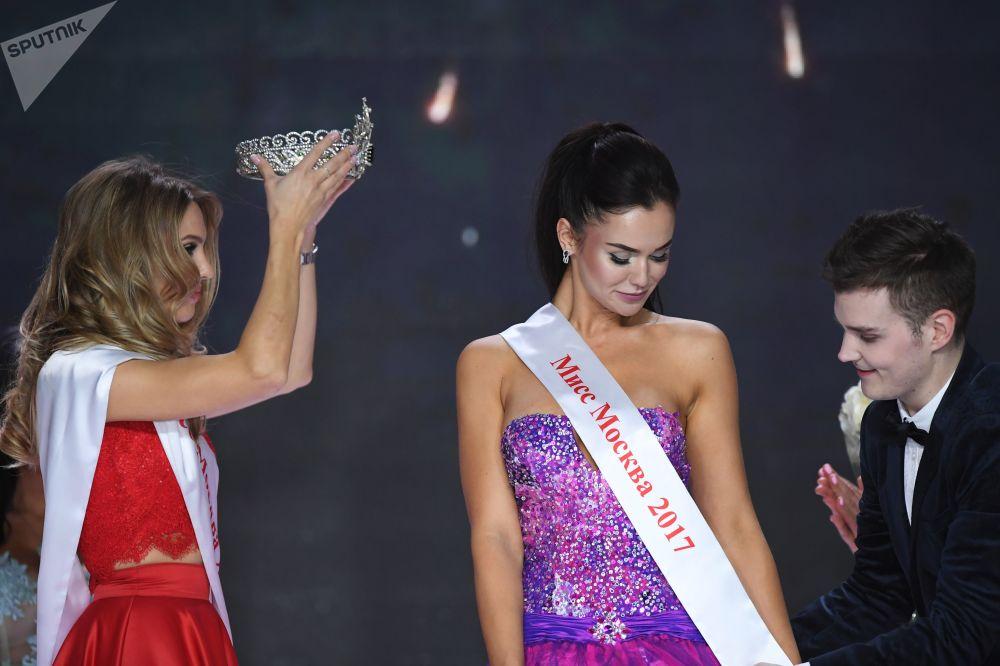 Vencedora do Miss Moscou 2016, Tatyana Tsimfer, com Miss Moscou 2017, Elizaveta Lopatina