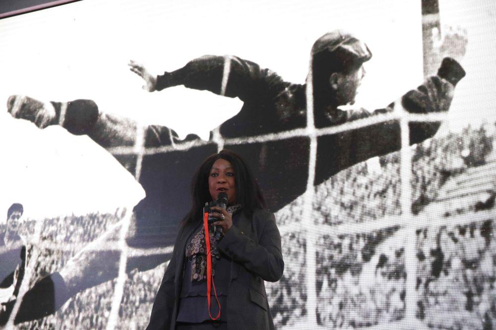 Secretária-geral da FIFA, Fatma Samoura, durante apresentação do trem oficial da Copa do Mundo de 2018