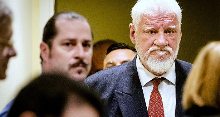 Slobodan Praljak sendo julgado pelos crimes de guerra na Guerra da Bósnia, em Haia, Holanda, 29 de novembro de 2017