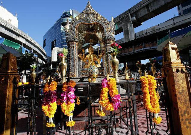 Estátua de Phra Phrom, que é a interpretação tailandesa do deus hindu Brahma, no Santuário de Erawan em Bangkok, Tailândia, 19 de agosto de 2015