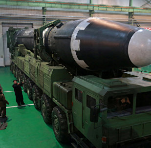 Líder norte-coreano Kim Jong-un perto do novo míssil balístico intercontinental Hwasong-15