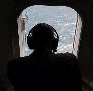 Oficial da Marinha dos EUA ajuda a buscar o submarino ARA San Juan
