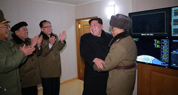 Kim Jong festeja lançamento bem-sucedido do míssil Hwasong-15