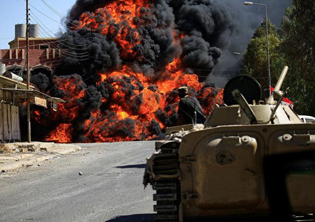Fumaça se espalha durante confrontos entre as tropas iraquianas e Forças de Mobilização Popular contra o Daesh en Tal Afar, Iraque, agosto de 2017