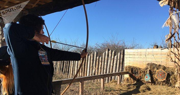 Jornalista pratica tiro com arco no parque Viking, na península da Crimeia