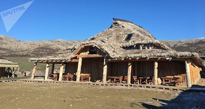 Uma das casas aquecidas dos vikings no parque temático da Crimeia
