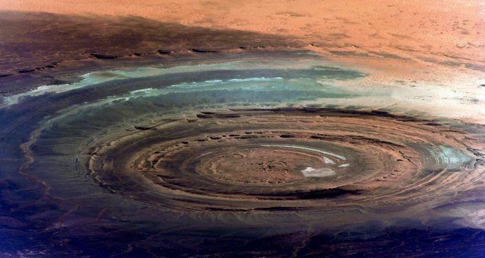 Famosa estrutura geológica de Richat, conhecida também como Olho da África, com diâmetro de cerca de 50 km, localizada na parte mauritana do deserto de Saara, fotografada do espaço
