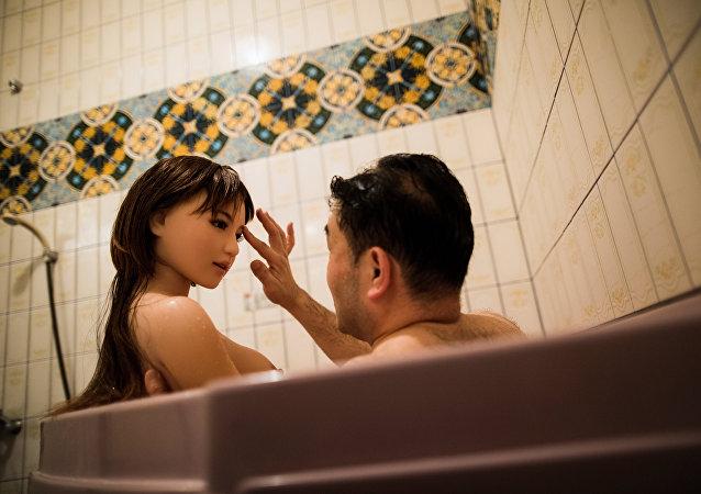 Japonês tomando banho com sua boneca sexual