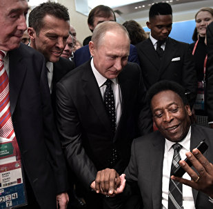 Pelé se encontra com o presidente russo, Vladimir Putin, na cerimônia do sorteio dos grupos da Copa do Mundo Rússia 2018