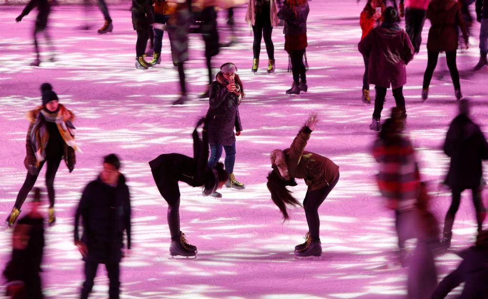 Pessoas patinam na capital britânica, Londres