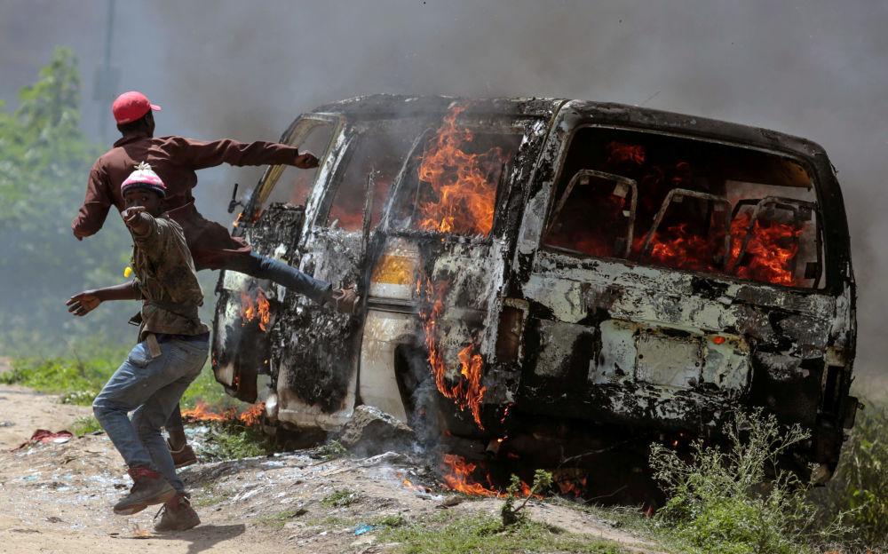 Oposição do Quênia perto de carro em chamas