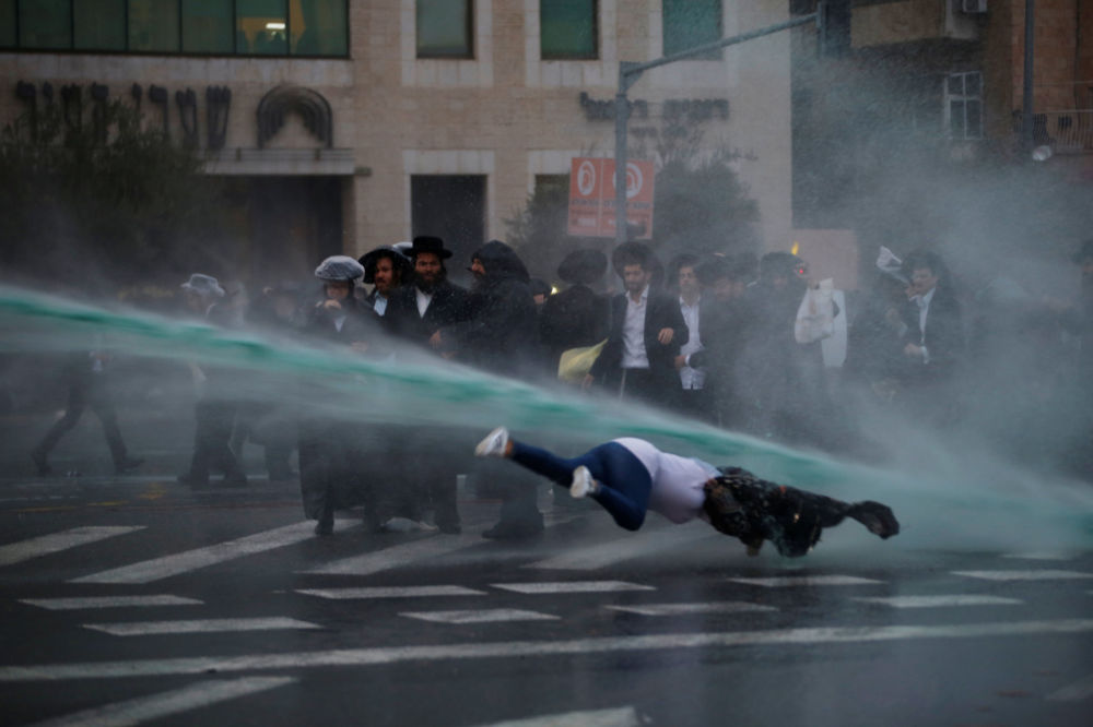 Polícia israelense usa jatos de água durante manifestação de judeus ultra ortodoxos