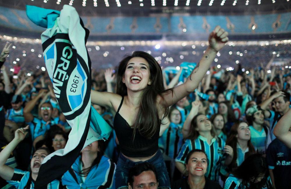 Torcida brasileira do FC Grêmio após a vitória sobre o FC Lanús argentino, Porto Alegre, Brasil