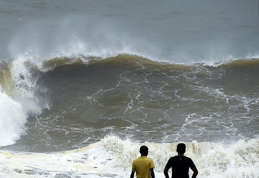 Ondas altíssimas na costa de Colombo, Sri Lanka