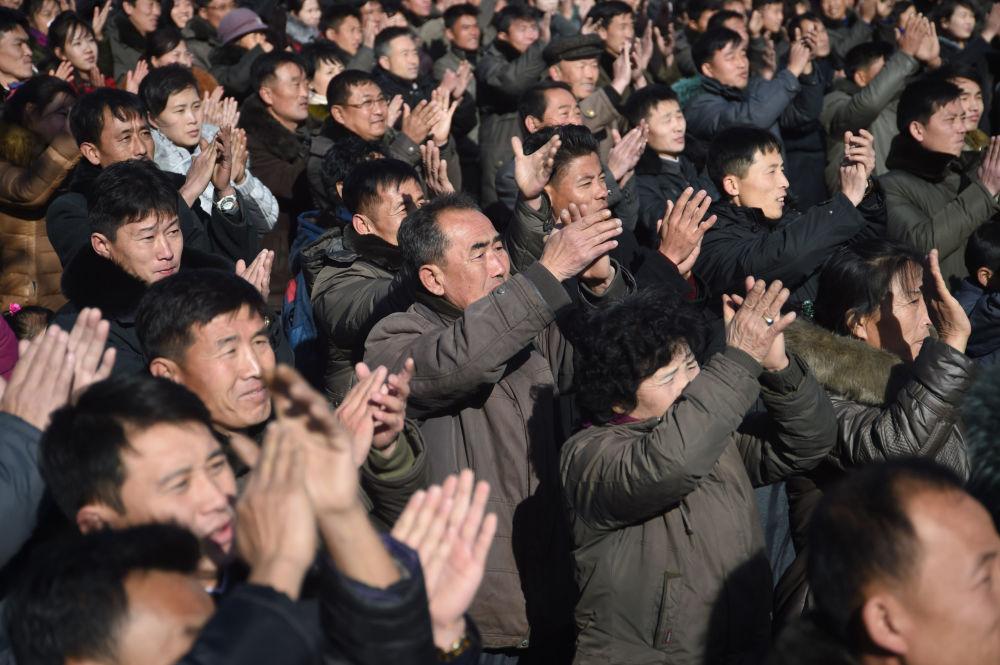 Moradores de Pyongyang após saberem notícias sobre o lançamento bem-sucedido do míssil Hwasong-15