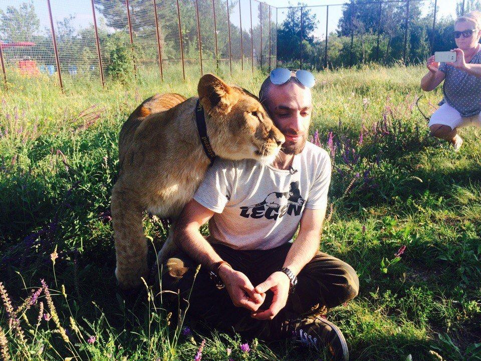 Artyom Martirosyan com sua filha, leoa Legenda