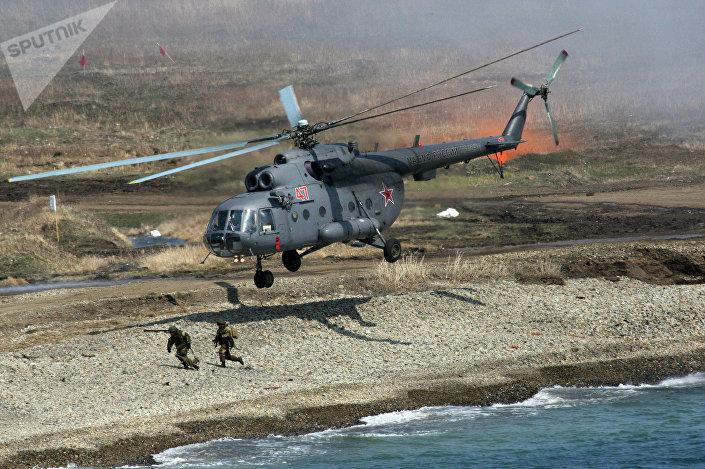 Helicóptero Mi-8 despois do desembarque de um grupo de assalto durante treinamentos da Frota do Pacífico da Marinha russa