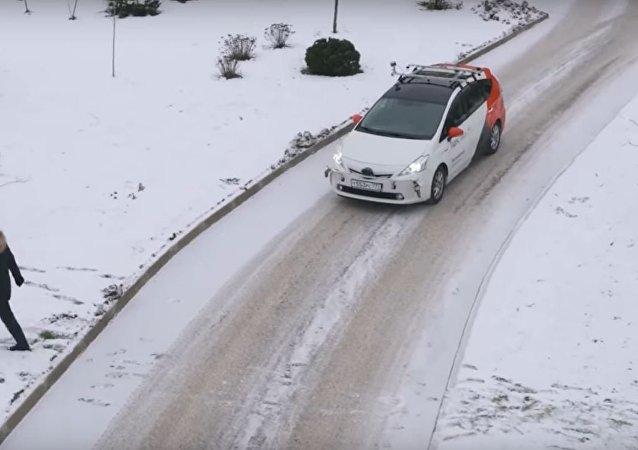 Carro não tripulado de empresa russa 'reina' nas estradas cobertas de neve