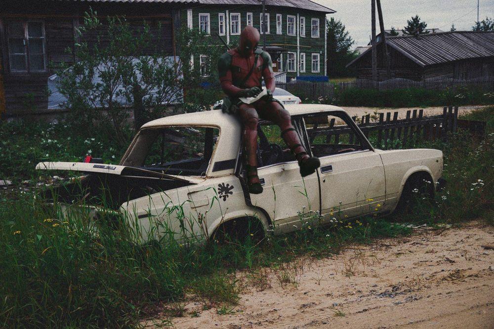 Personagem da Marvel, Deadpool, está sentado sobre um carro soviético Zhiguli (Lada)
