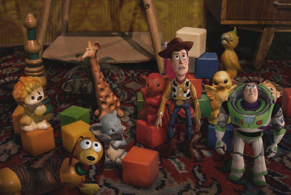 Heróis do filme de animação Toy Story entre brinquedos da época soviética – cubos e figuras de borracha