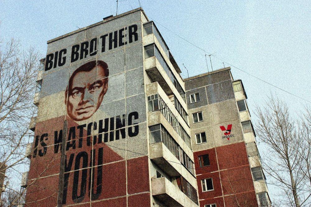 Retrato do Big Brother, do romance de George Orwell 1984 no muro de um dos edifícios soviéticos