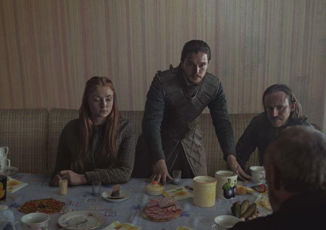 Jon Snow, Sansa e Dolorous Edd, protagonistas do Game of Thrones, desfrutam de um almoço típico da época soviético