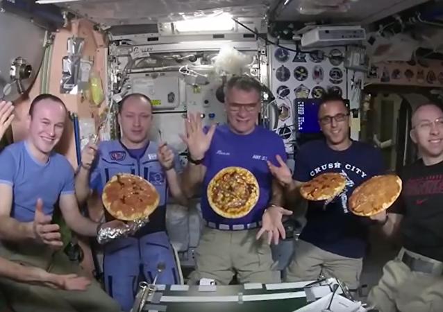 Astronauta estadunidense Randy Bresnik publicou um vídeo que mostra a tripulação da EEI, preparando e comendo pizza em condições de gravidade zero