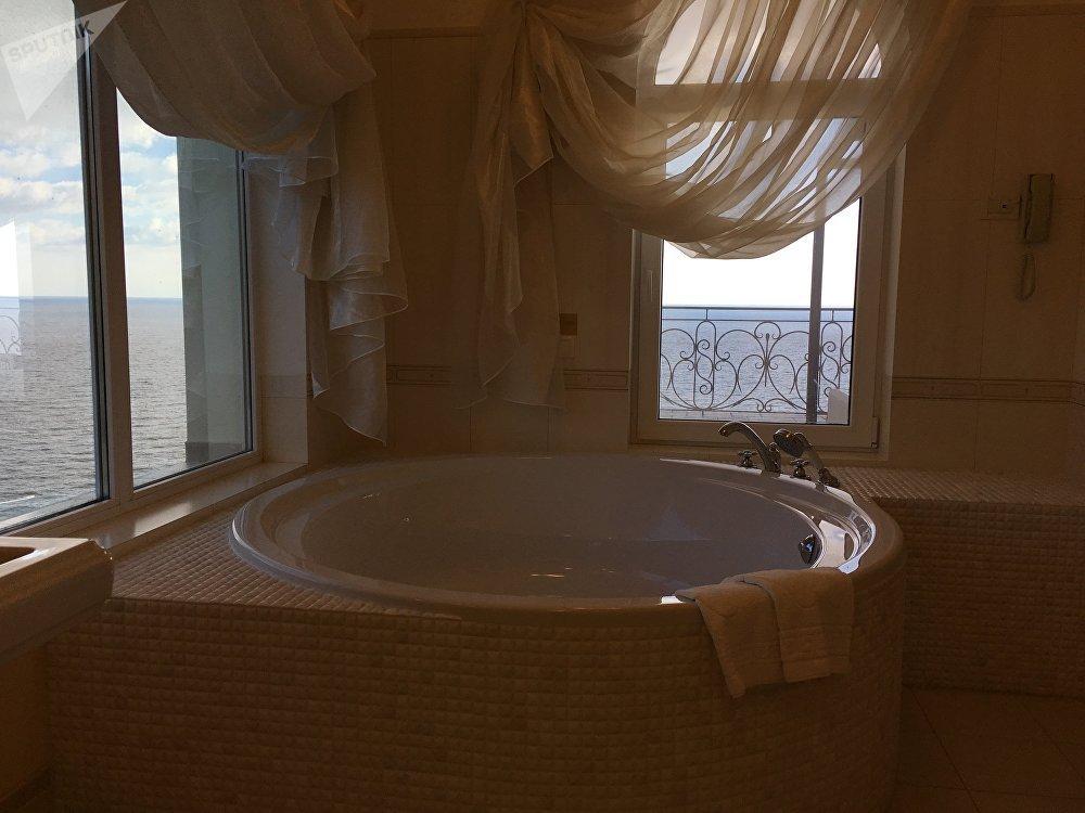 Banheiro com vista deslumbrante para o mar em um dos apartamentos do hotel Palmira Palace, em Yalta